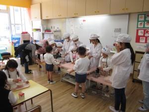 幼稚園の給食のお手伝い